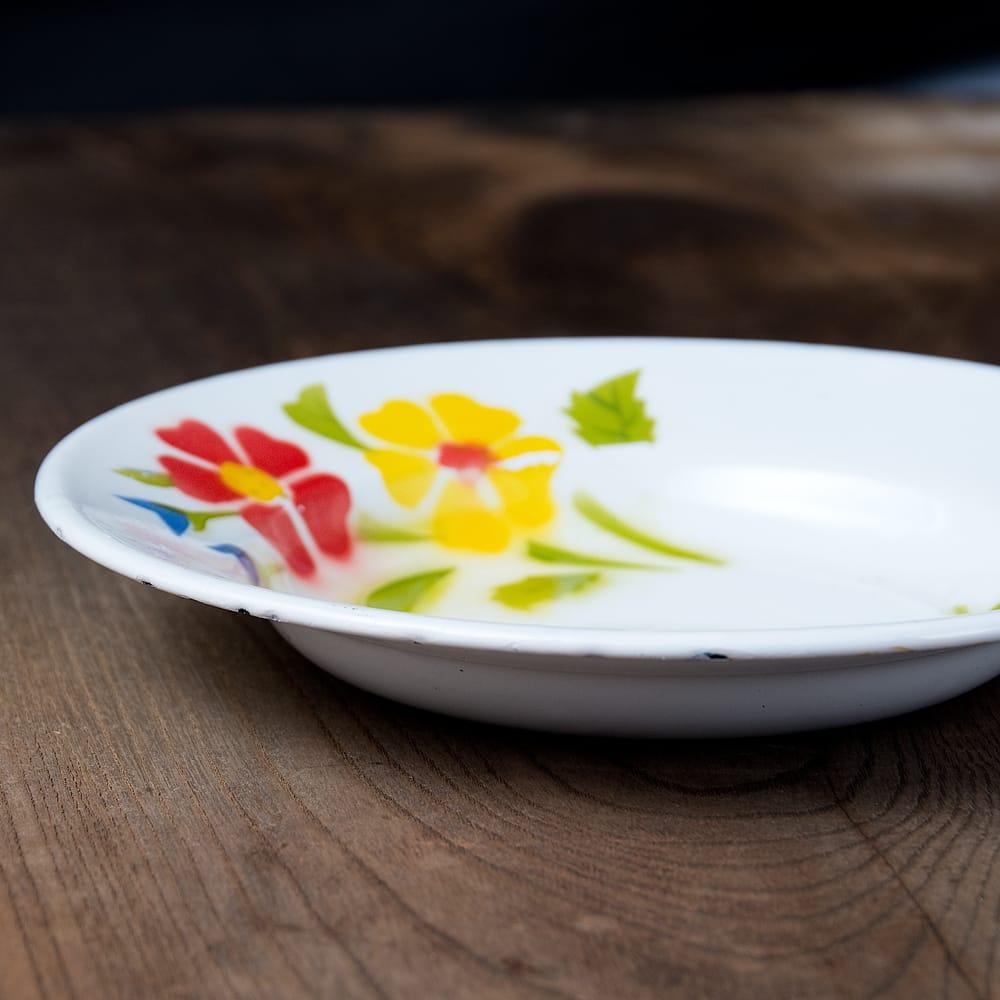 タイのレトロホーロー 花柄飾り皿 RABBIT BRAND〔約20.5cm×約3cm〕 4 - 横からの写真