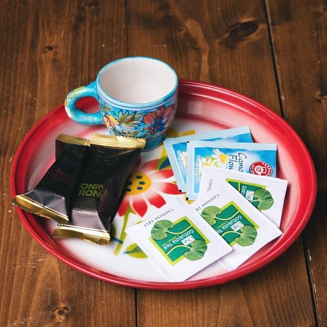 タイのレトロホーロー 花柄飾り皿・トレー RABBIT BRAND〔約25.7cm×約2.5cm〕 7 - こにような使用感になります。小物入れなどへオススメ。昔ながらの製法で作られている為、食器向けの品質で作られておりません。飾り皿としてご使用ください。