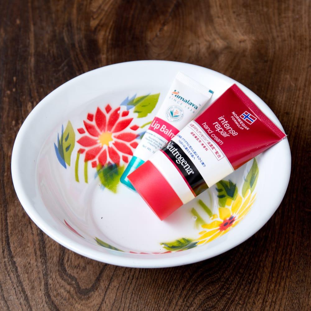タイのレトロホーロー 花柄飾りボウル RABBIT BRAND〔約18.5cm×約5.2cm〕 7 - こにような使用感になります。小物入れなどへオススメ。昔ながらの製法で作られている為、食器向けの品質で作られておりません。飾り皿としてご使用ください。