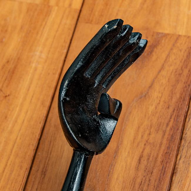 バリの大きな孫の手 3 - 手の部分をアップにしてみました。指がスラリと長くてスマートです。また、親指のデザインが美しいですね