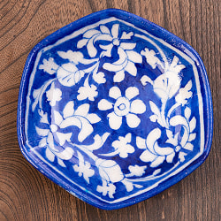 〔直径:12.5cm〕ブルーポッタリー ジャイプール陶器の六角飾り皿・小物入れ - 唐草柄青