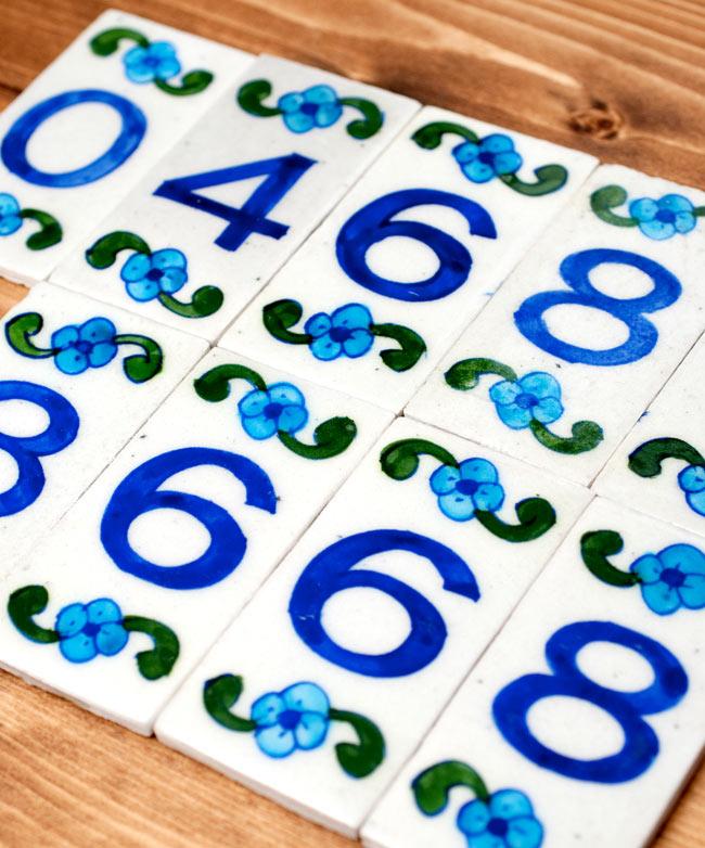 〔10cm×5cm〕ブルーポッタリー ジャイプール陶器の数字型デコレーションタイル - 0番の写真6 - 数字なので使い勝手も良いです。お店をされている方だったら、電話番号をこれで並べたりと様々な用途へご使用いただけます。