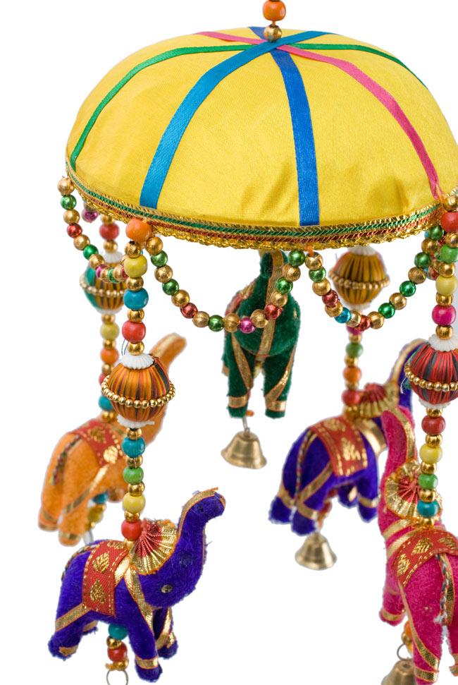 ゾウのハンギング(1連-15cm程度)-黄色傘の写真2 - 象を拡大してみました。小さな象でもインド風のデコレーションが施されています。お送りする象の色はアソートとなります
