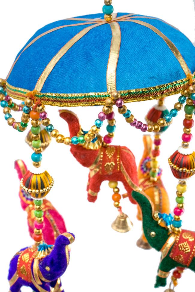 ゾウのハンギング(1連-15cm程度)-水色傘の写真2 - 象を拡大してみました。小さな象でもインド風のデコレーションが施されています。お送りする象の色はアソートとなります