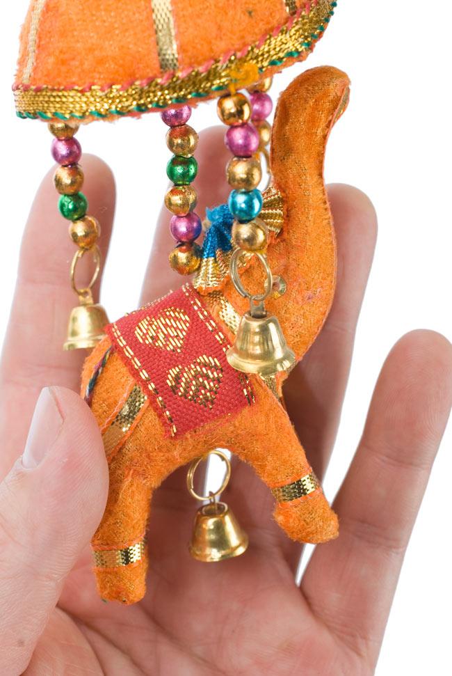 ゾウのハンギング(小)-黄傘の写真 - 象を拡大してみました。小さな象でもインド風のデコレーションが施されています。お送りする象の色はアソートとなります