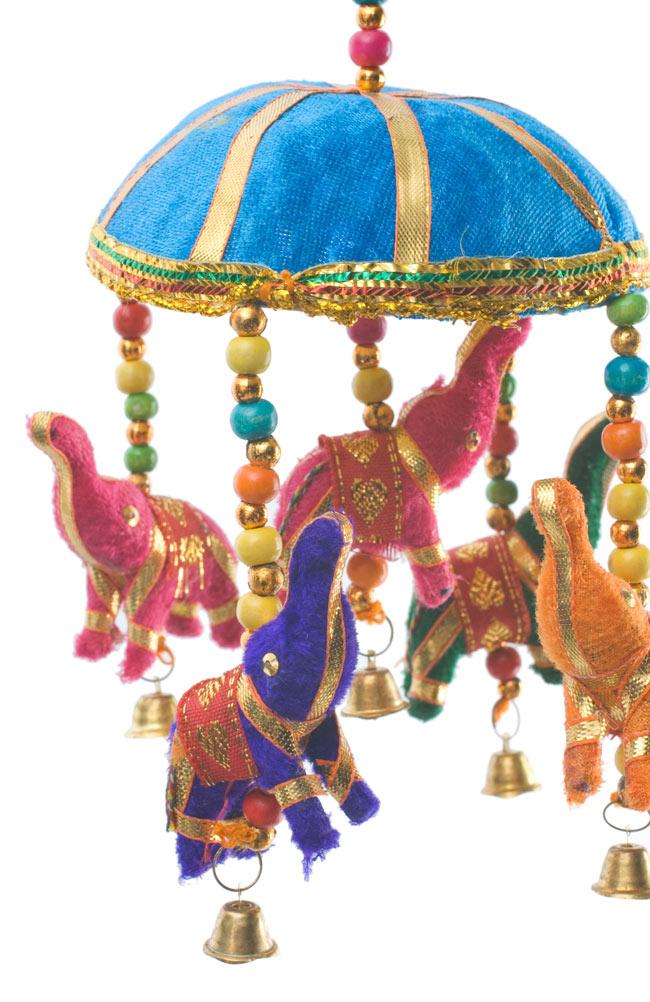 ゾウのハンギング(10.5cm程度)-水色傘の写真2 - 色とりどりの象さんがゆれて素敵なハンギングです。