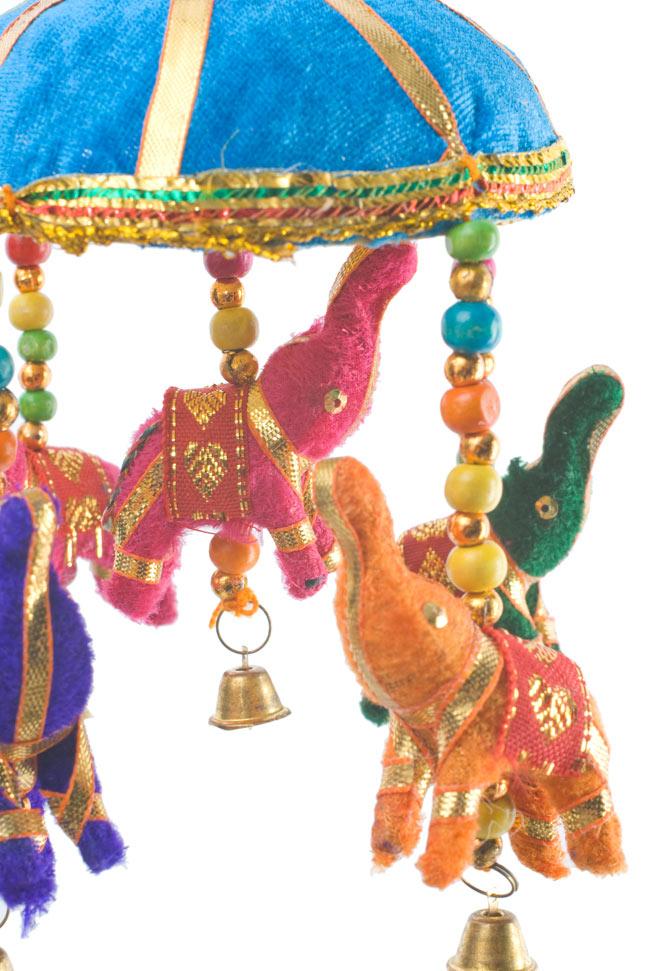 ゾウのハンギング(10.5cm程度)-水色傘の写真3 - 象にはインド風の装飾が施されています