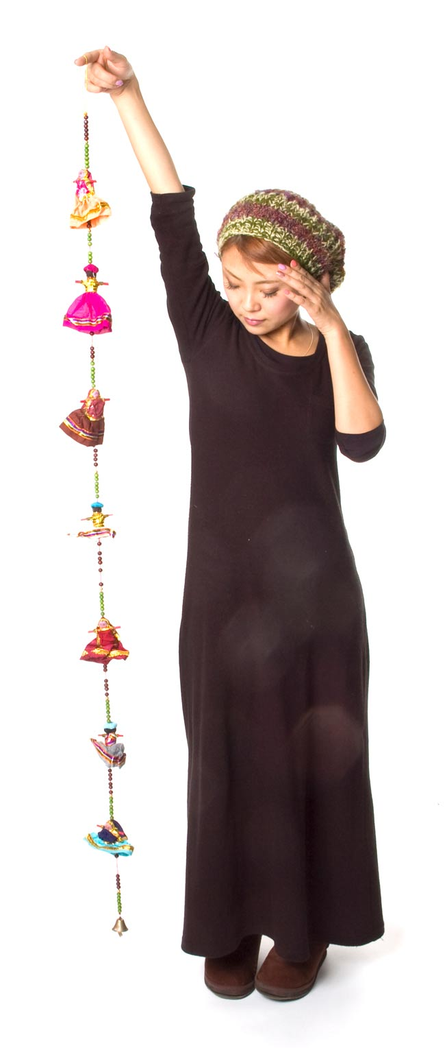 インドのお人形ベル-7人-140cmの写真6 - 身長150cmのスタッフが持ってみました。