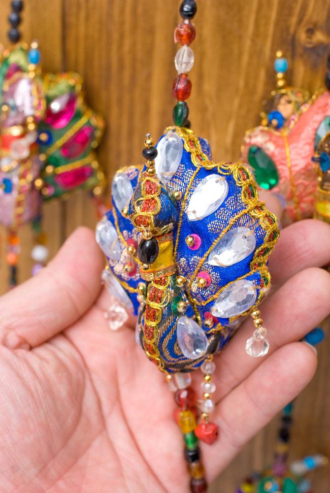 インドのハンギング - 4連孔雀の写真2 - 孔雀を手にとってみました。