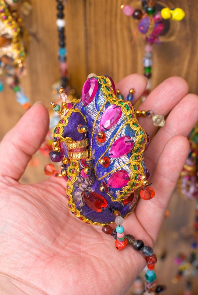 インドのハンギング - 4連孔雀の写真4 - 商品ごとに色は異なりますので、アソートでのお届けとなります。