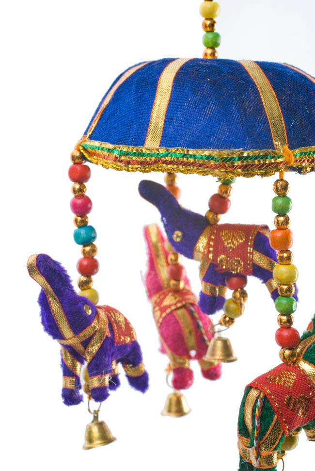 ゾウのハンギング(10.5cm程度)-青傘の写真2 - 色とりどりの象さんがゆれて素敵なハンギングです。