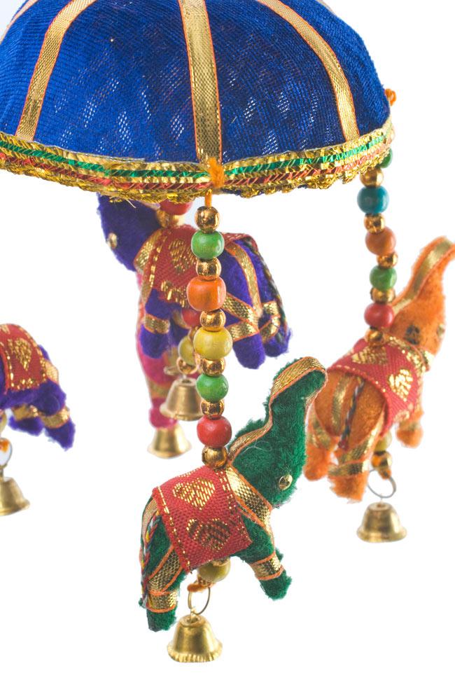 ゾウのハンギング(10.5cm程度)-青傘の写真3 - 象にはインド風の装飾が施されています