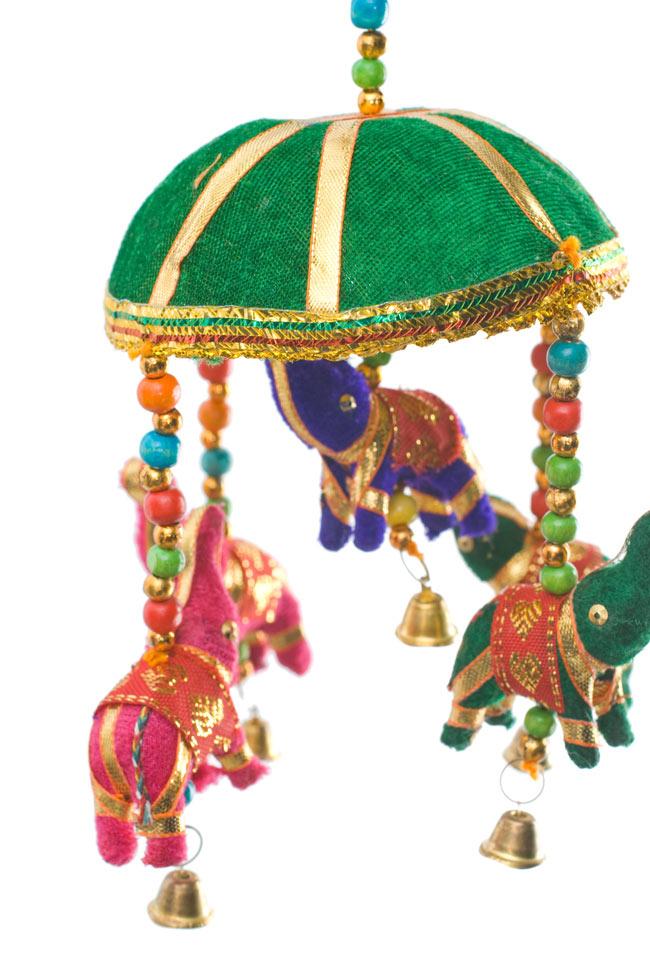 ゾウのハンギング(10.5cm程度)-緑傘の写真2 - 色とりどりの象さんがゆれて素敵なハンギングです。