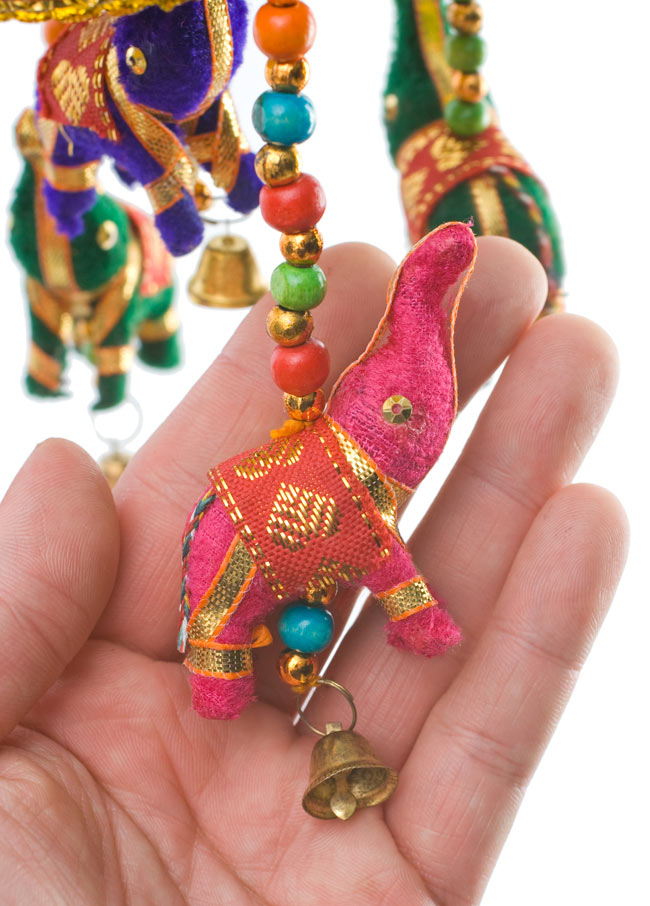 ゾウのハンギング(10.5cm程度)-緑傘の写真3 - 象にはインド風の装飾が施されています