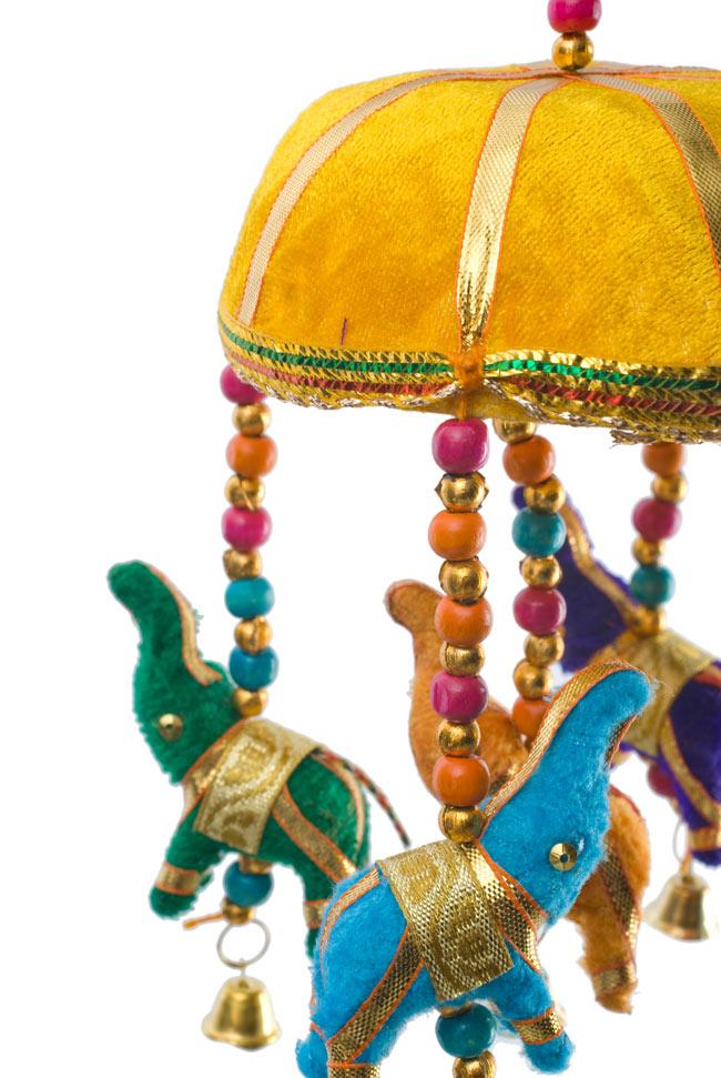 ゾウのハンギング(10.5cm程度)-黄色傘の写真 - 象を拡大してみました。小さな象でもインド風のデコレーションが施されています。お送りする象の色はアソートとなります