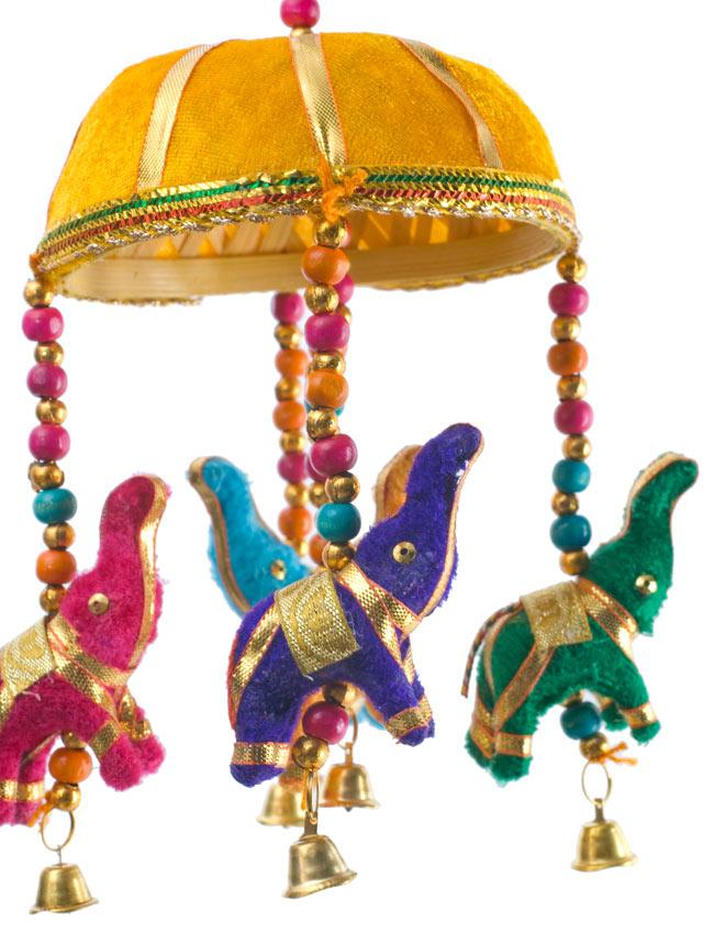 ゾウのハンギング(10.5cm程度)-黄色傘の写真 - 象にはインド風の装飾が施されています