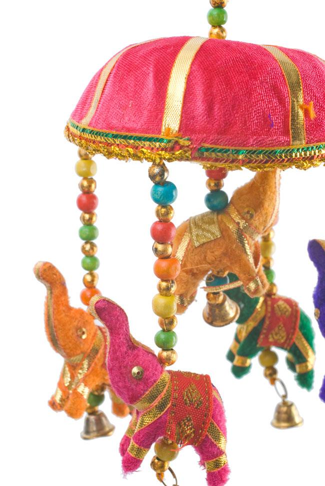 ゾウのハンギング(10.5cm程度)-ピンクの写真2 - 象を拡大してみました。小さな象でもインド風のデコレーションが施されています。お送りする象の色はアソートとなります