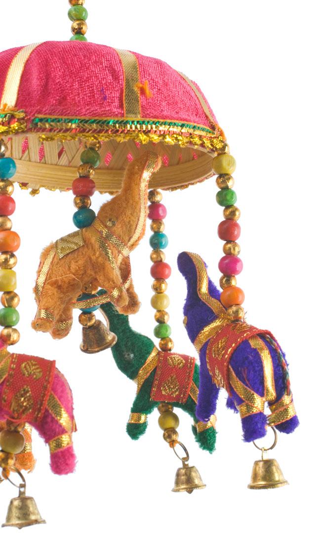 ゾウのハンギング(10.5cm程度)-ピンクの写真3 - 象にはインド風の装飾が施されています