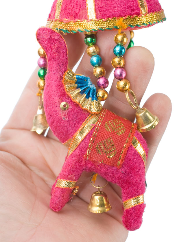 ゾウのハンギング(小)-ピンク傘の写真 - 象を拡大してみました。小さな象でもインド風のデコレーションが施されています。お送りする象の色はアソートとなります