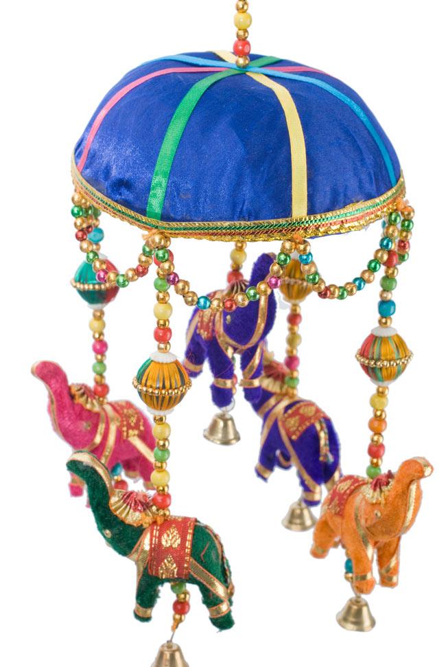 ゾウのハンギング(1連-15cm程度)-青傘の写真2 - 象を拡大してみました。小さな象でもインド風のデコレーションが施されています。お送りする象の色はアソートとなります