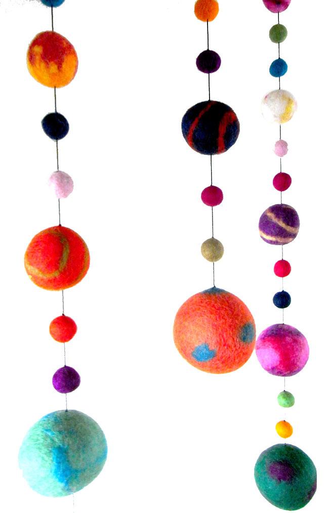 フェルトボールのコスモハンギング 【約70�】の写真2 - 天井から吊るしてみました。