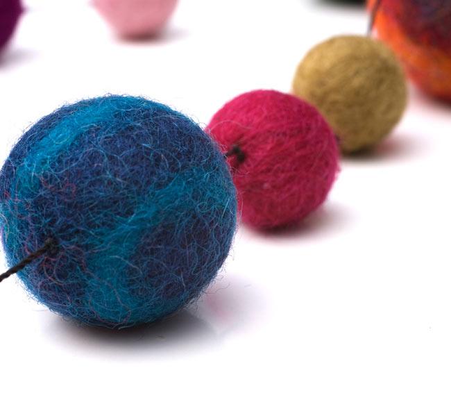 フェルトボールのコスモハンギング 【約50cm】の写真4 - 色々な色の組み合わせが温かいです。