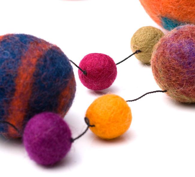 フェルトボールのコスモハンギング 【約50cm】の写真5 - 色の組み合わせが絶妙で素敵!