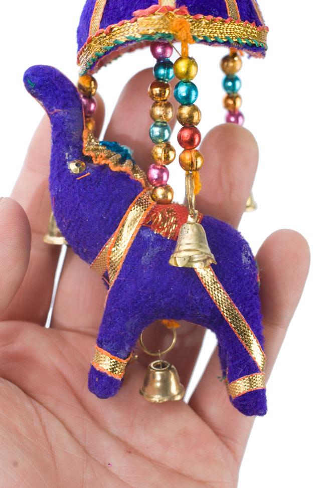 ゾウのハンギング(小)-紫色傘の写真 - 象を拡大してみました。小さな象でもインド風のデコレーションが施されています。お送りする象の色はアソートとなります