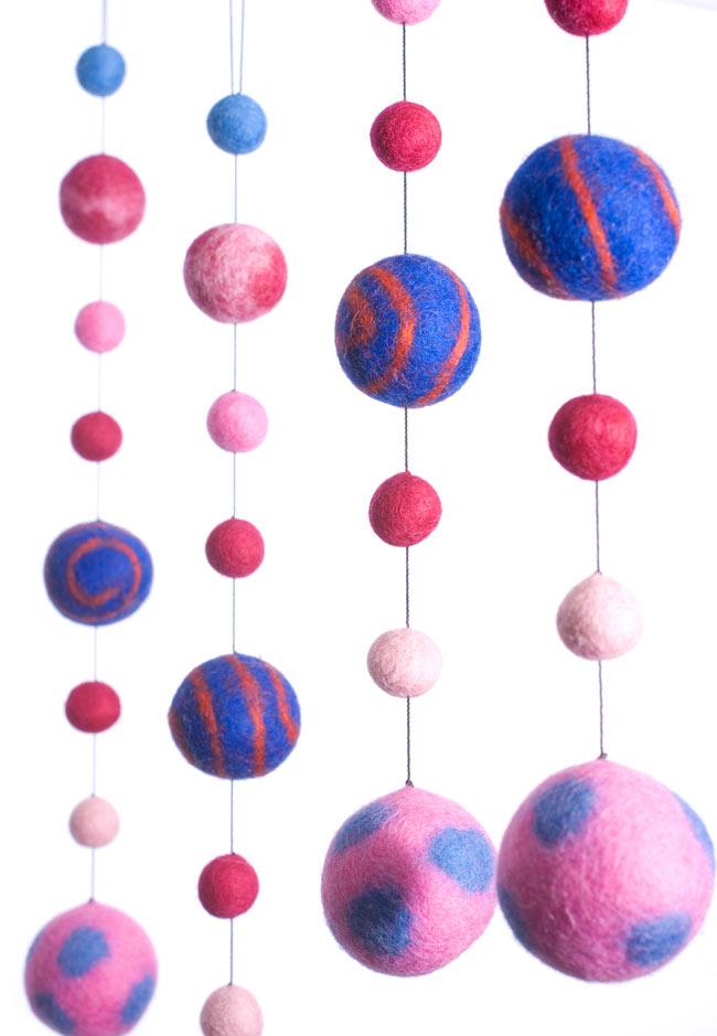 フェルトボールのコスモハンギング 【ピンク系 約50cm】の写真2 - 天井から吊るしてみました。