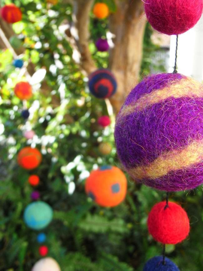 フェルトボールのコスモハンギング 【ピンク系 約50cm】の写真6 - 同じ種類の商品を木に吊るしてみました。キャンプやフェスに持って行っても良いかも!