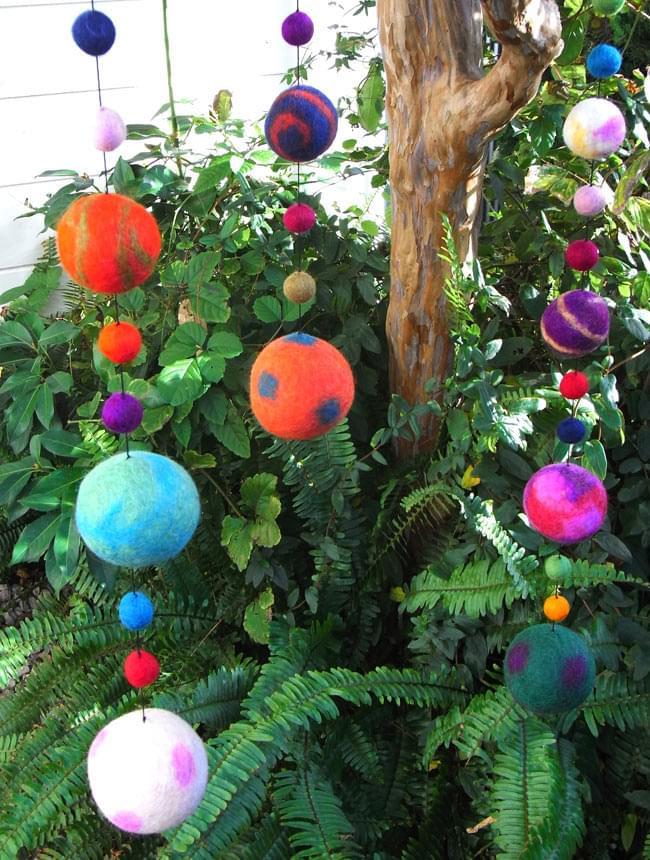 フェルトボールのコスモハンギング 【ピンク系 約50cm】の写真7 - 自然の緑と合いますね!