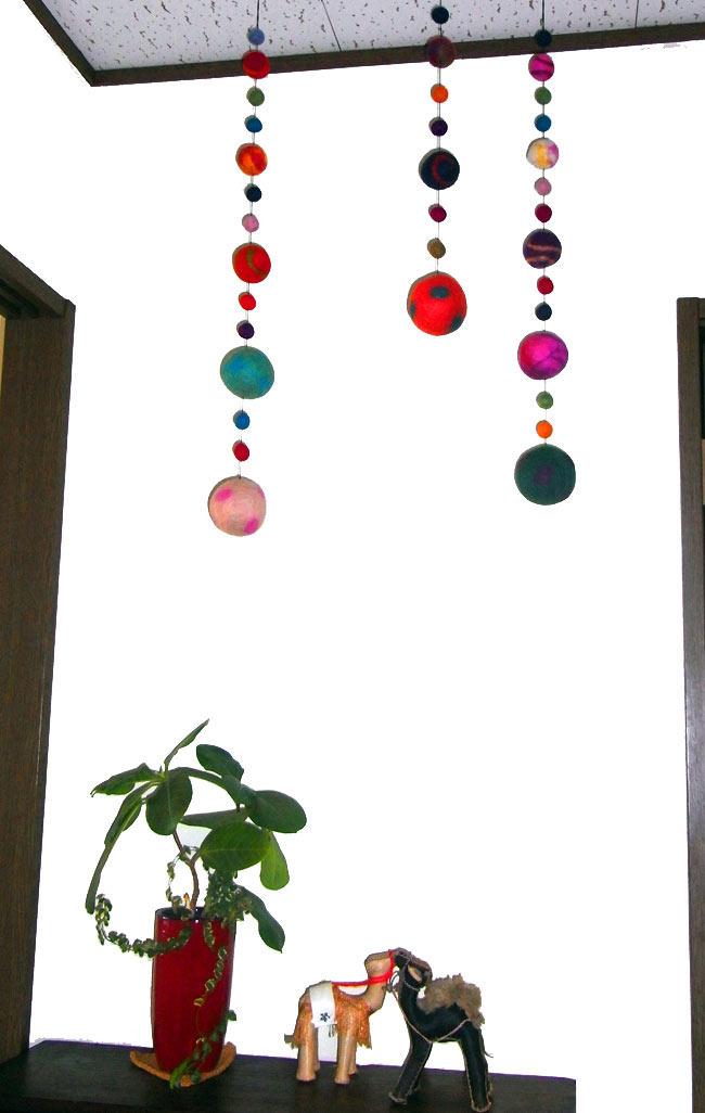 フェルトボールのコスモハンギング 【ピンク系 約50cm】の写真8 - 同じ種類の商品をお部屋のインテリアとして使ってみました。賑やかで可愛いです。子供部屋にもピッタリですね!