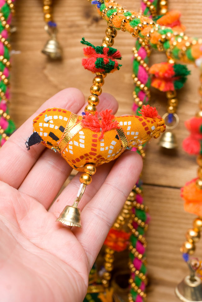 インドのU字型ハンギング - 鳥さんの写真2 - 鳥さんを手にとってみました。