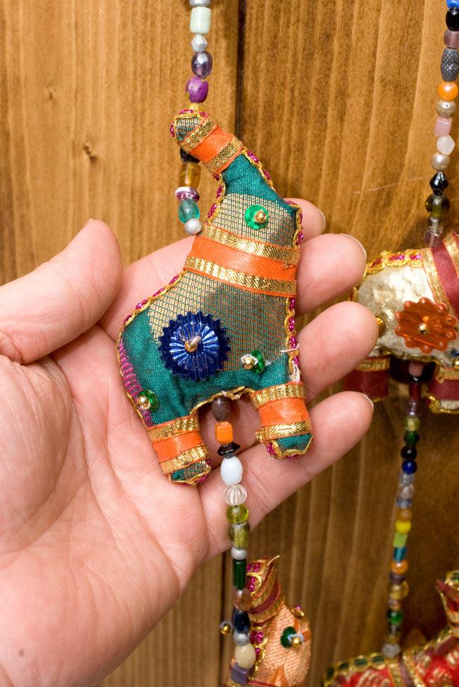 インドの四連ぞうさんハンギングの写真3 - 象やビーズのカラーリングなどは商品ごとに異なり、アソートでのお届けとなります。