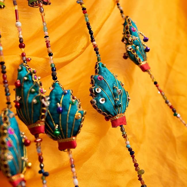 インドの五連リーフハンギングの写真3 - ビーズのカラーリングなどは商品ごとに異なり、アソートでのお届けとなります