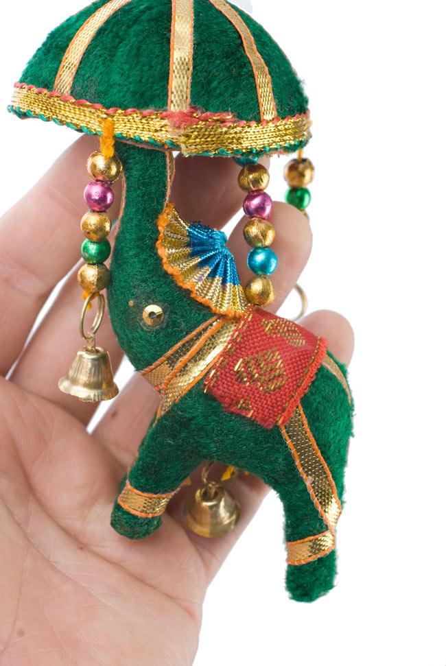 ゾウのハンギング(小)-緑傘 2 - 象を拡大してみました。小さな象でもインド風のデコレーションが施されています。お送りする象の色はアソートとなります