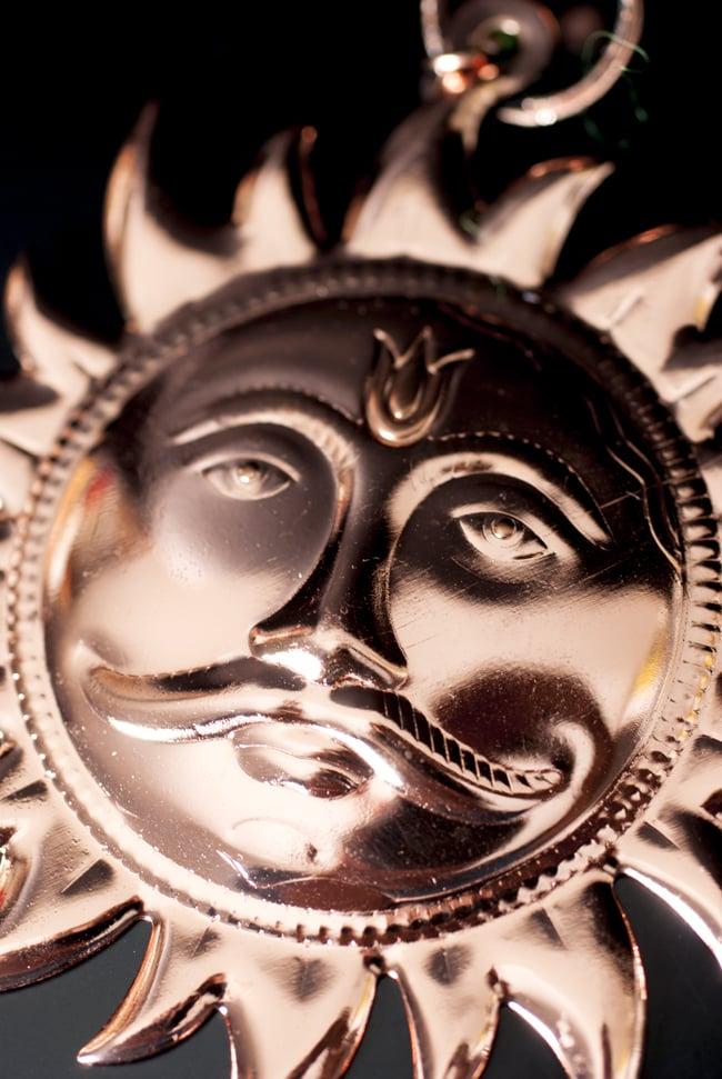 スーリャの円盤型ハンギング キーホルダーの写真2 - 艶然としたかっこいいスーリャです