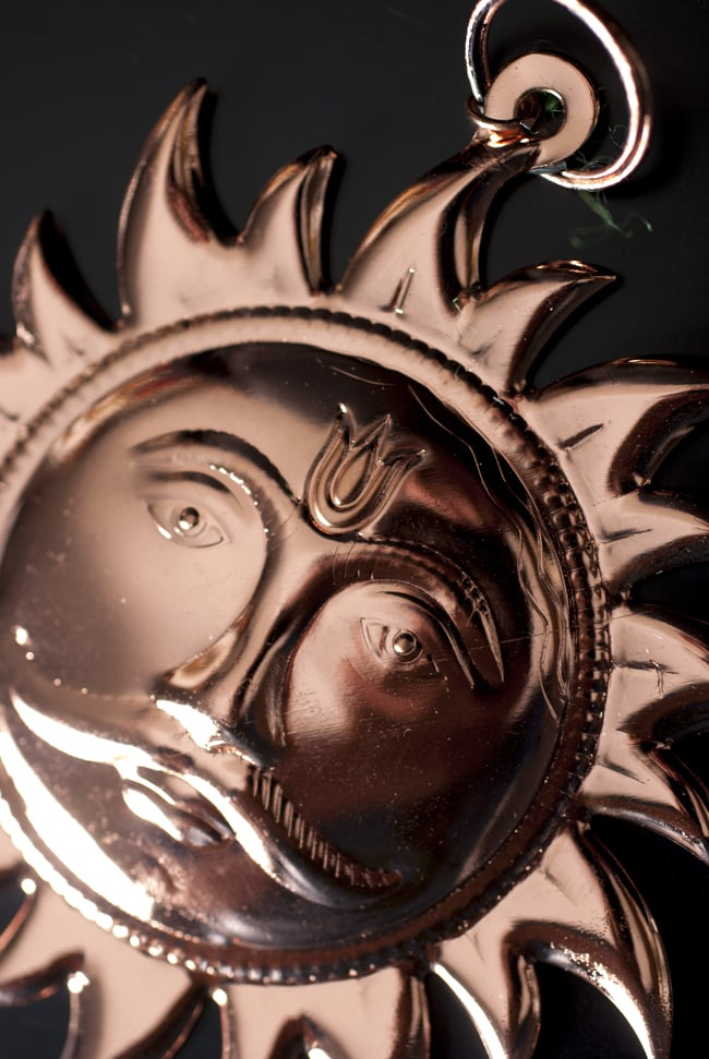 スーリャの円盤型ハンギング キーホルダーの写真3 - 角度を変えてみました。
