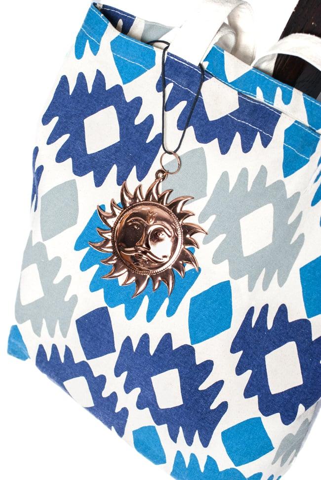 スーリャの円盤型ハンギング キーホルダーの写真7 - 鞄につけてみました。
