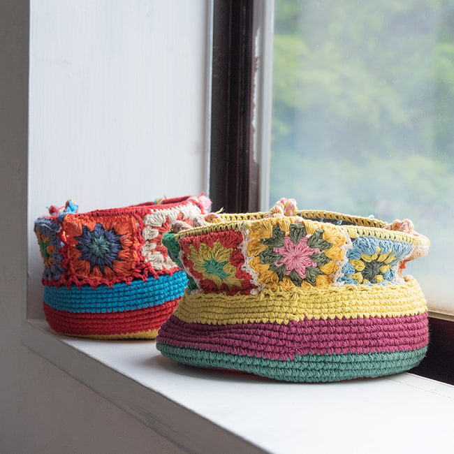 手編みコットンのハンギング収納【3段】の写真3 - 全体を折りたたんだところです。色はアソートでのお届けで、このような色もございます