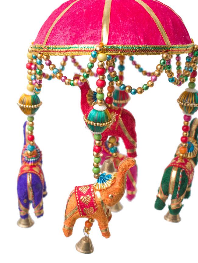ゾウのハンギング(1連-15cm程度)-赤紫傘の写真2 - 象を拡大してみました。小さな象でもインド風のデコレーションが施されています。お送りする象の色はアソートとなります