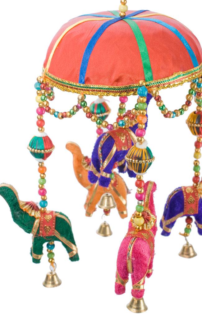 ゾウのハンギング(1連-15cm程度)-赤傘の写真2 - 象を拡大してみました。小さな象でもインド風のデコレーションが施されています。お送りする象の色はアソートとなります
