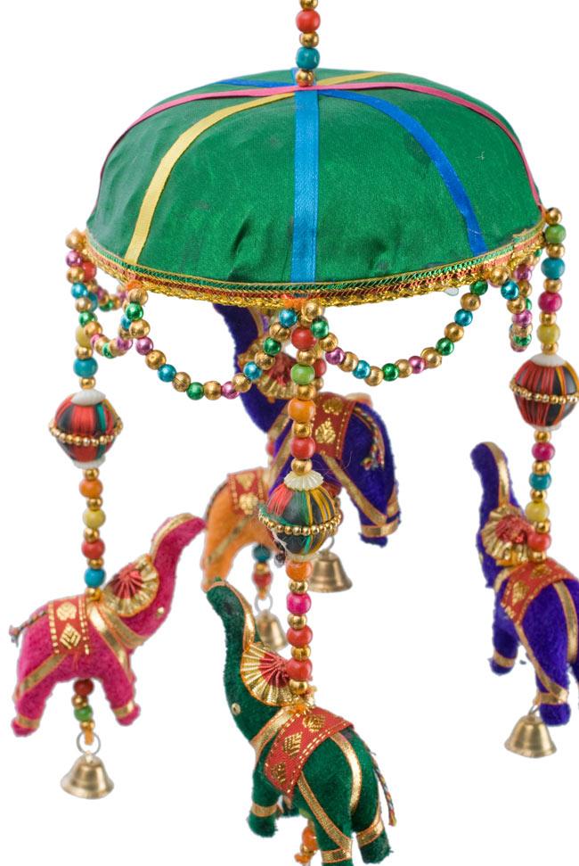 ゾウのハンギング(1連-15cm程度)-緑傘の写真2 - 象を拡大してみました。小さな象でもインド風のデコレーションが施されています。お送りする象の色はアソートとなります
