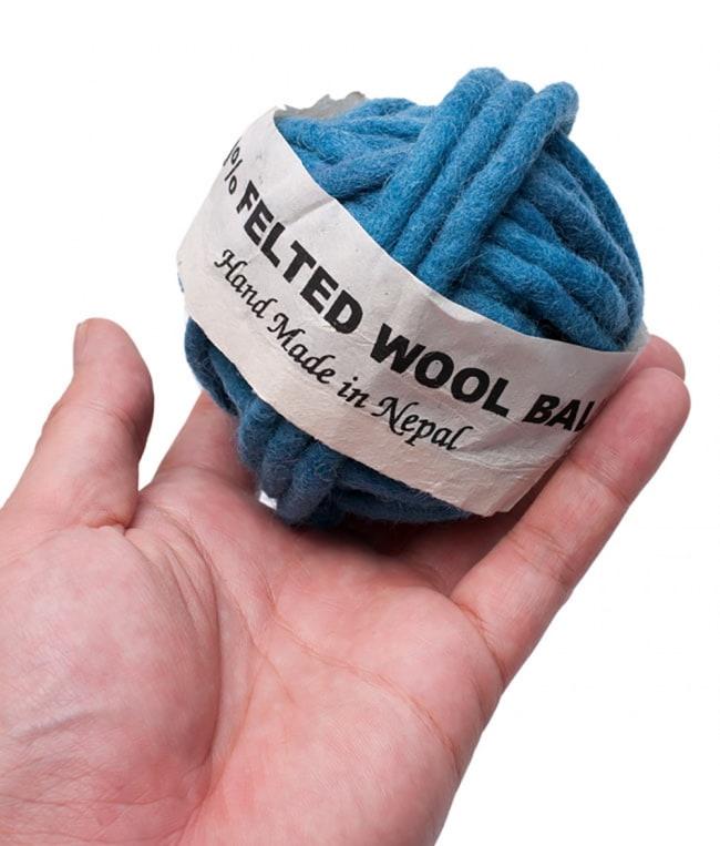 フェルトウールボール - ブルーバイオレット 3 - サイズを感じていただく為、手に持ってみたところです。(以下の写真は同ジャンル品のものとなります。)