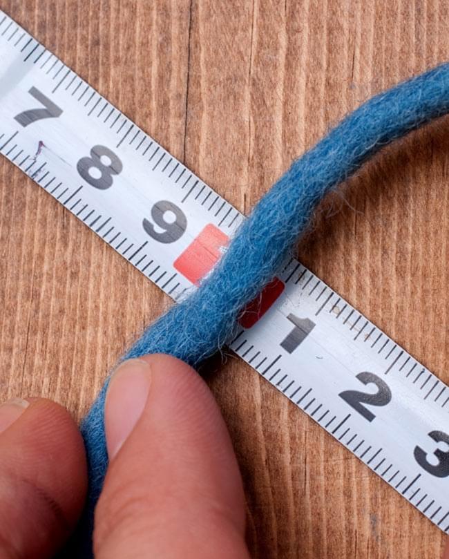 フェルトウールボール - ブルーグレー 5 - だいたいの目安として、糸の太さは5mm前後ぐらいです。