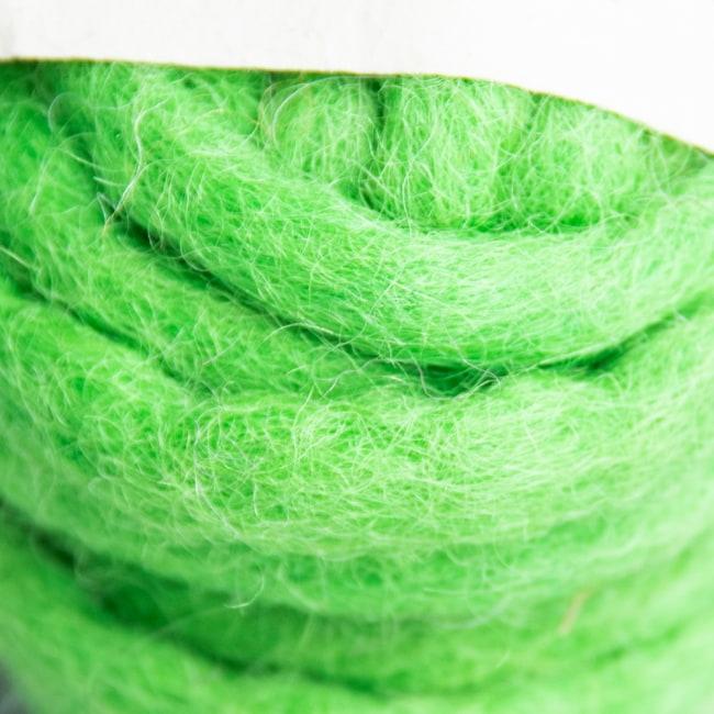 フェルトウールボール - イエローグリーン 2 - 拡大写真です。優しい色合いも魅力的です。