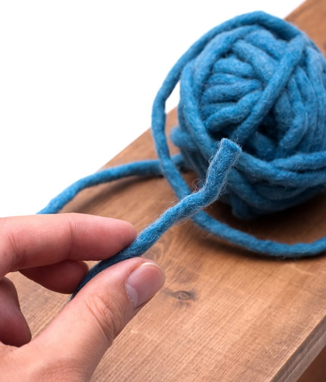 フェルトウールボール - イエローグリーン 4 - このようにフェルトの糸がボール状に巻きつけられております。