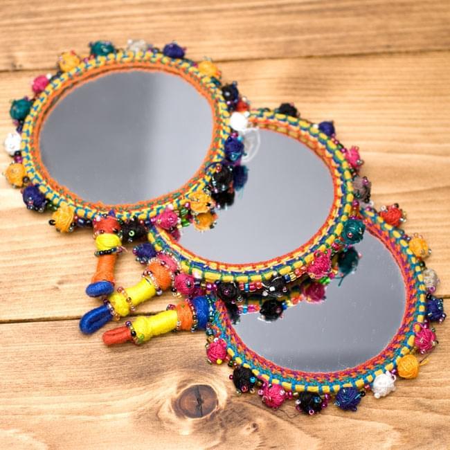 まんまるカラフル装飾付き壁掛け鏡・ハンドミラー - アソートの写真7 - すべて手作りの為、若干糸の色合いなどがことなります。