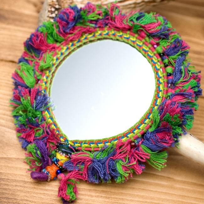 ふわふわカラフル装飾付き壁掛け鏡・ハンドミラー - 赤・紫・緑系の写真2 - 裏面の写真です。両面鏡になっています。