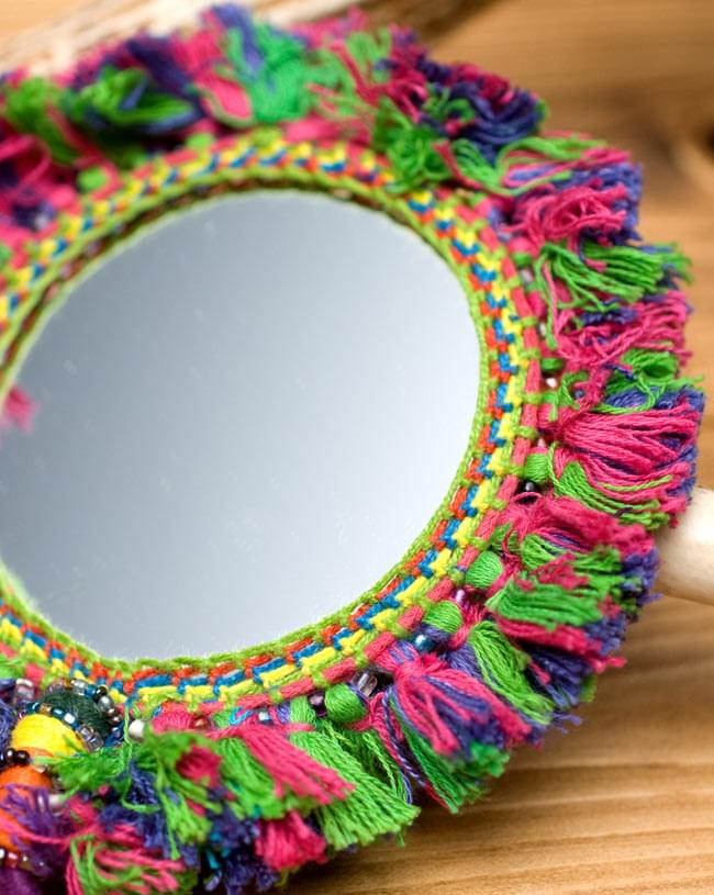 ふわふわカラフル装飾付き壁掛け鏡・ハンドミラー - 赤・紫・緑系の写真3 - 拡大写真です